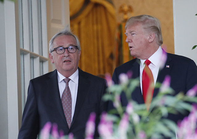 O presidente Donald Trump e o presidente da Comissão Europeia, Jean-Claude Juncker, chegam ao Jardim das Rosas da Casa Branca para anúncio sobre o acordo entre EUA e a UE.