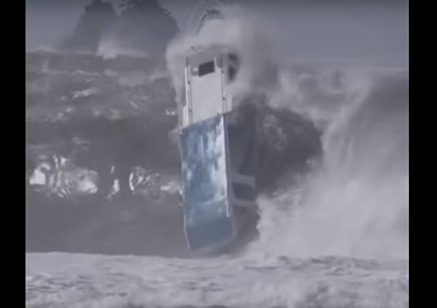 Barco é atingido em cheio por fortes ondas na costa da Indonésia
