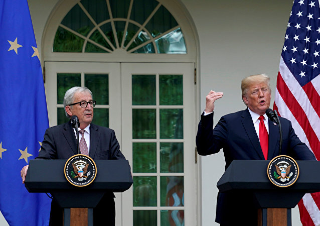 O residente dos EUA, Donald Trump, e o presidente da Comissão Europeia, Jean-Claude Juncker, falam sobre as relações comerciais com o bloco europeu em coletiva no Jardim das Rosas da Casa Branca.