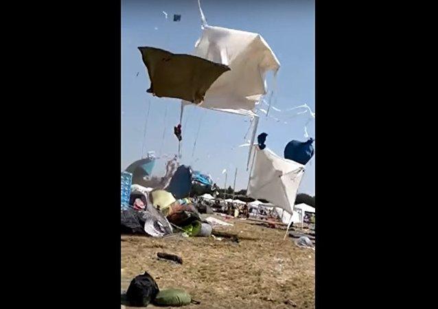 Pequeno tornado aparece sem ser convidado em festival de música Parookaville, na Alemanha