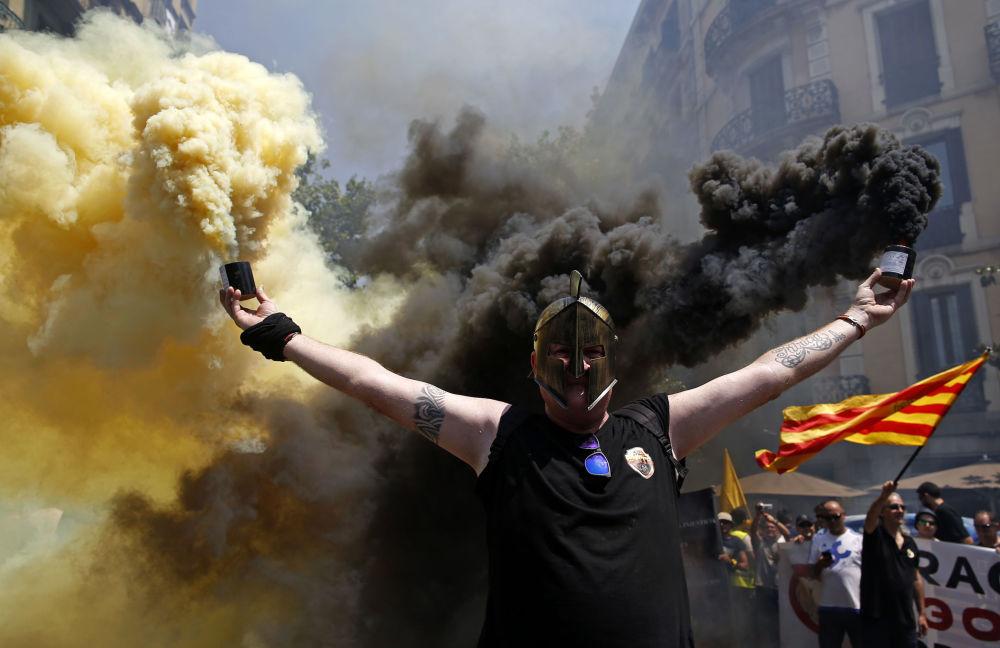 Manifestante com sinalizador durante uma greve de taxistas em Barcelona, Espanha.