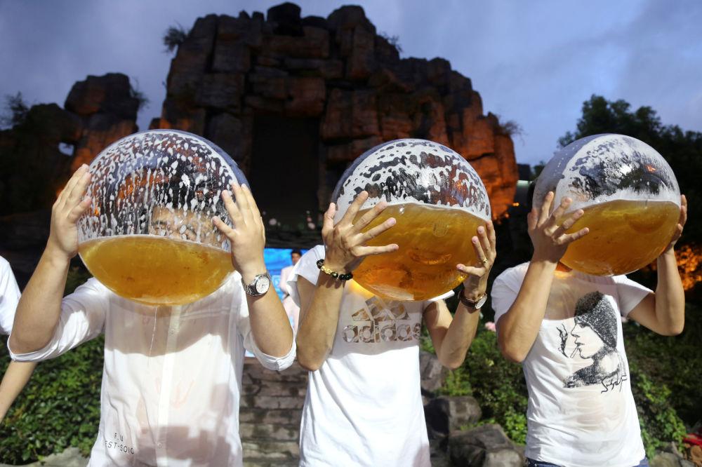 Pessoas bebendo cerveja durante uma competição na cidade chinesa de Hangzhou