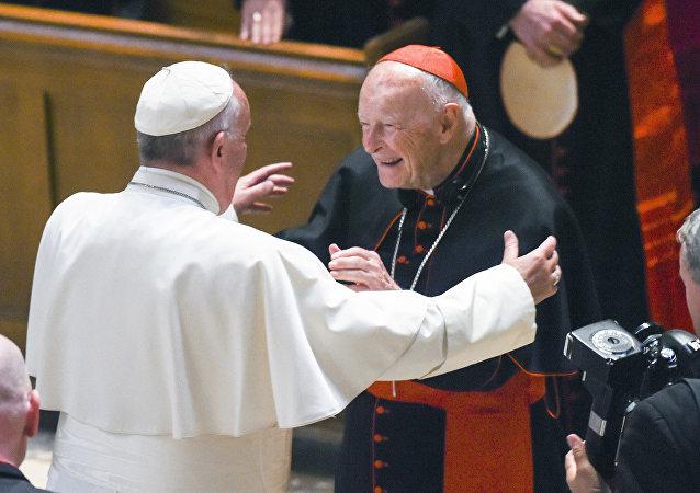 Nesta foto de arquivo clicada em Washington em setembro de 2015, o Papa Francisco abraça o Cardeal Arcebispo emérito Theodore McCarrick após a Oração do Divino.