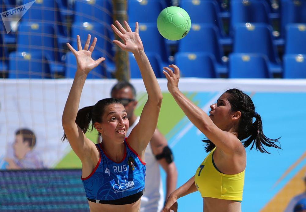 Jogadoras brasileiras e russas se enfrentam durante partida entre suas Seleções de handebol de praia