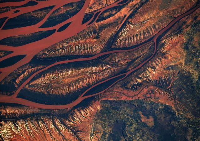 Imagem do rio Betsiboka, que se situa em Madagascar, gravada desde a EEI pelo astronauta da NASA, Ricky Arnold
