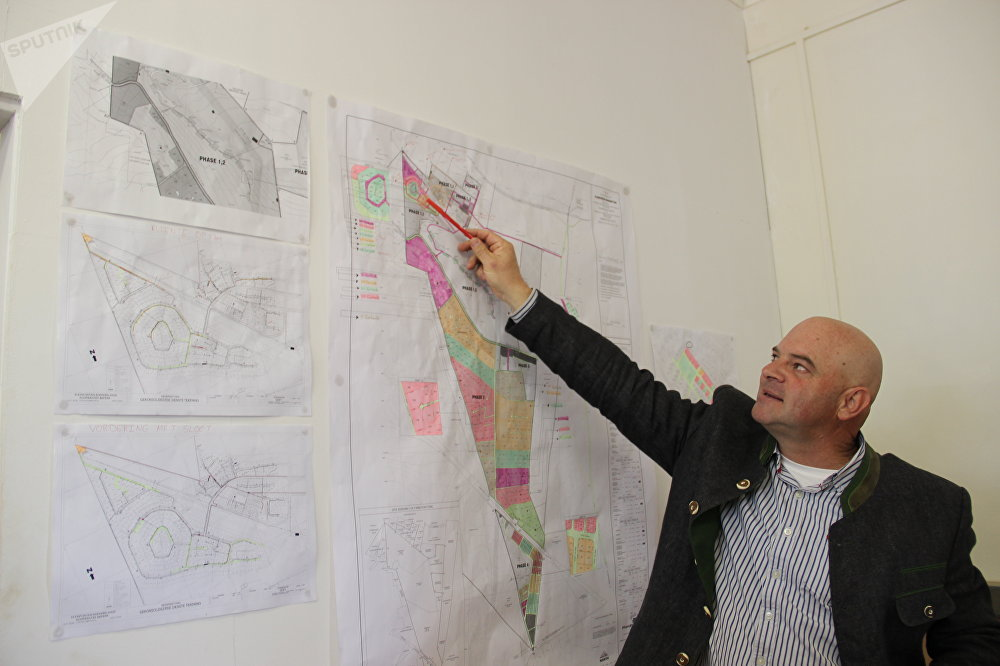 Dannie de Beer mostra o mapa de Kleinfontein