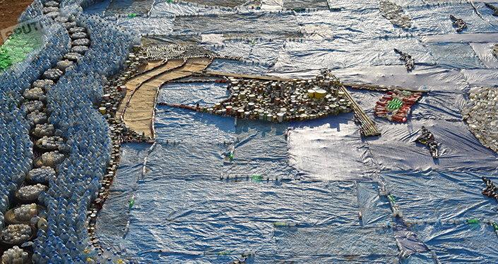 Voluntários criaram com resíduos do lixo um quadro em mosaico de um navio