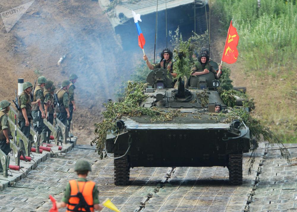 Blindado de infantaria ultrapassa um obstáculo aquático no decurso de treinamentos