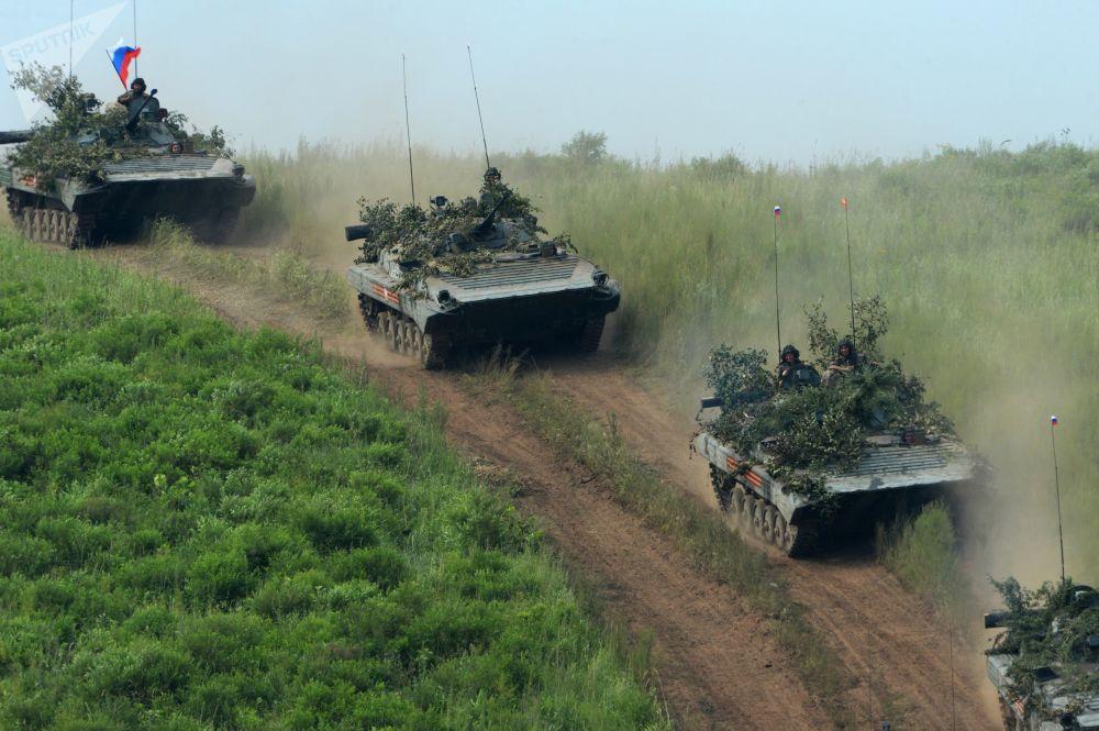Veículos blindados de infantaria efetuam marcha antes de participar de treinamentos de demonstração