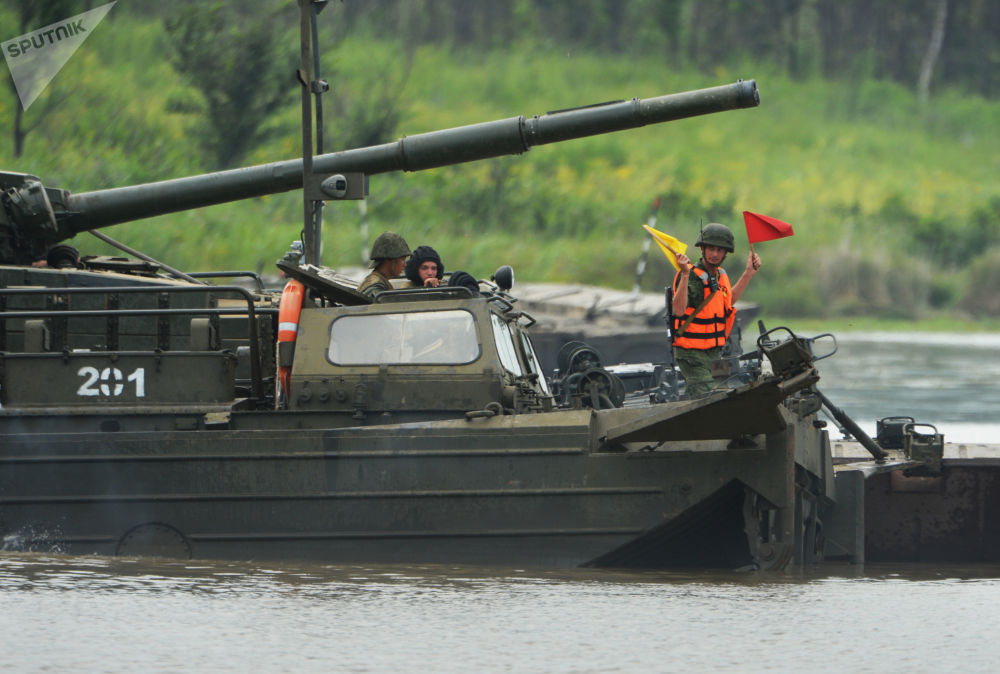 Tanque T-72 ultrapassa obstáculo aquático através de ponte flutuante para demostrar suas capacidades nos treinamentos