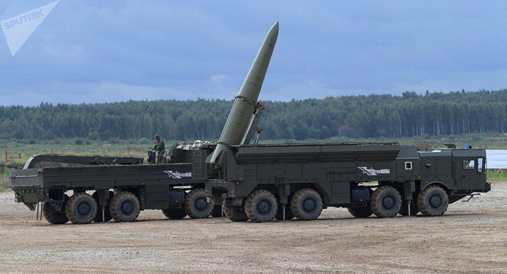 Sistema de mísseis Iskander-M durante o desfile de equipamento militar no polígono de Alabino no Fórum militar EXÉRCITO 2016, região de Moscou, Rússia, setembro de 2016
