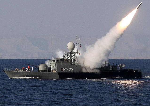 Navio iraniano lança míssil no estreito de Ormuz (arquivo)