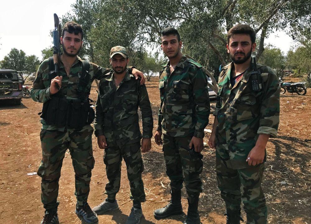 Militares sírios descansando um pouco depois de expulsar terroristas do Daesh do sudoeste da província de Daraa