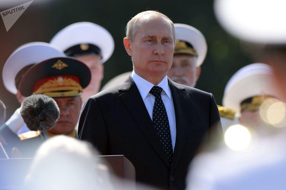 Presidente russo, Vladimir Putin, participa dos festejos do Dia da Marinha, em São Petersburgo