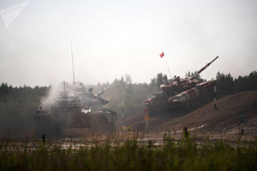 Tanques dos times sírio e tajique participam de corrida individual no âmbito do Biatlo de Tanques 2018, nos arredores de Moscou