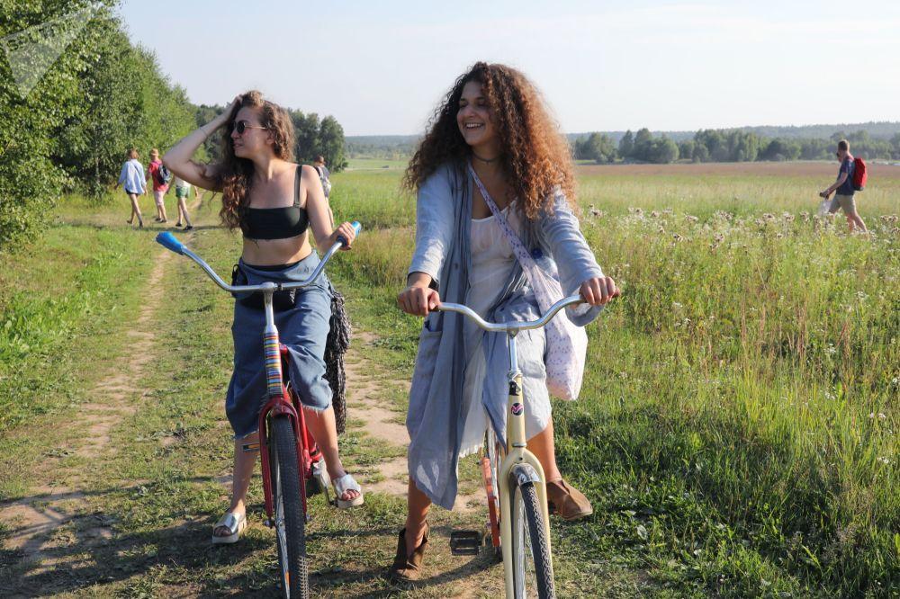 Visitantes do festival Arkhstoyanie, na região de Kaluga, na Rússia