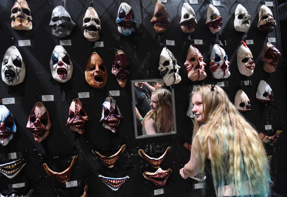 Fã de filmes de horror escolhe máscara durante um festival na Califórnia