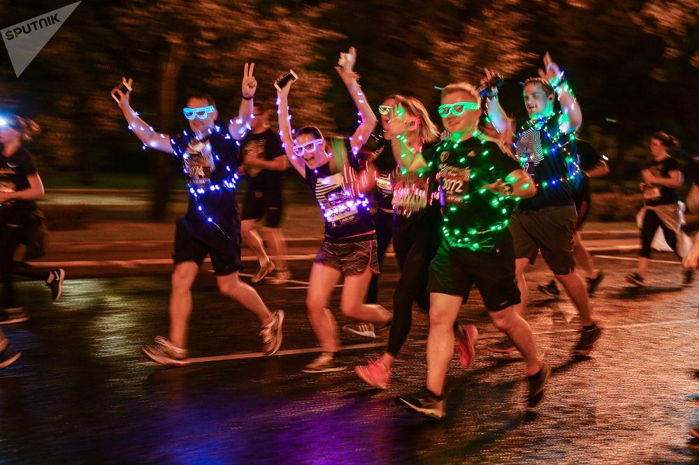 Participantes de uma corrida noturna em Moscou