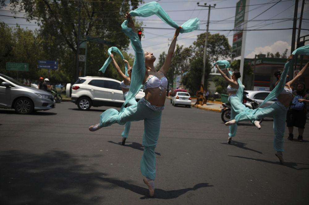 Bailarinas dançam em plena rua na cidade do México