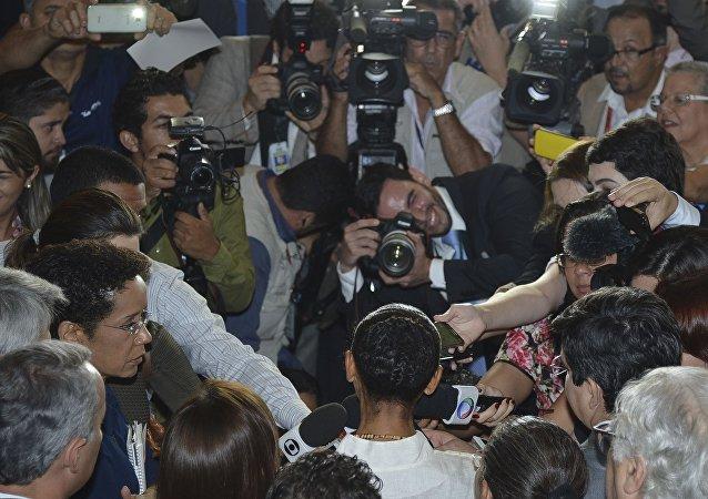 A ex-senadora e fundadora da Rede Sustentabilidade, Marina Silva é cercada pela imprensa em entrevista coletiva (arquivo)