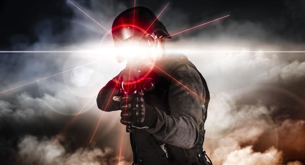 Soldado segura arma de lazer (foto referencial)
