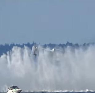Lancha superveloz gira 360° no ar em plena competição nos EUA