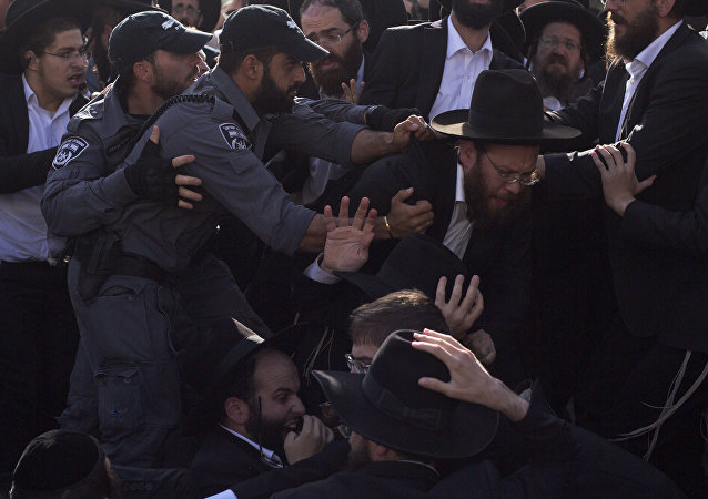 Polícia israelense briga com judeus ultraortodoxos enquanto bloqueiam estrada principal durante protesto contra o recrutamento militar israelense, em Jerusalém, 19 de outubro de 2017 (foto de arquivo)