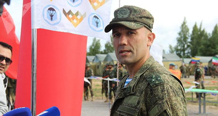 Árbitro do concurso Desantny Vzvod (Pilotão de Desembarque) fala com jornalistas em Pskov
