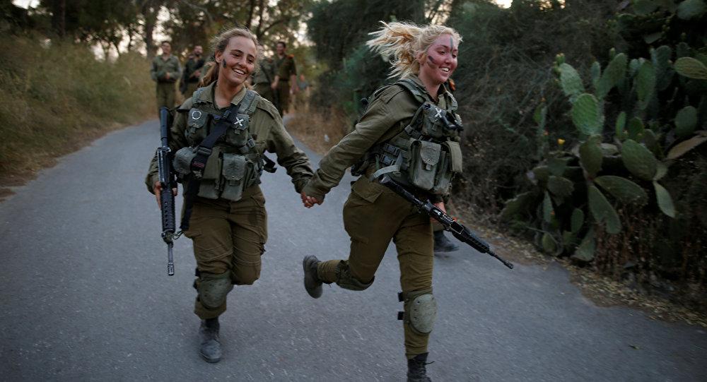 Soldadas israelenses da Brigada de Busca e Resgate participam de uma sessão de treinamento na floresta de Ben Shemen, perto da cidade israelense de Modi'in, 23 de maio de 2016