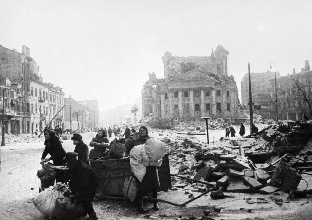 Moradores de Varsóvia passam pelas ruas devastadas após libertação da ocupação alemã