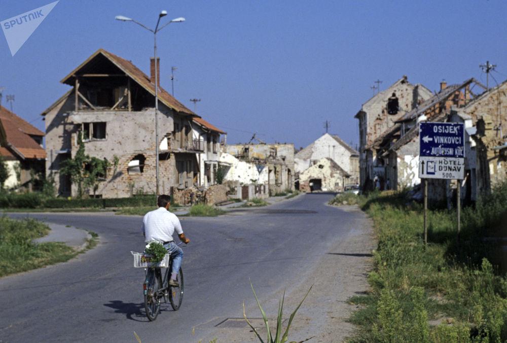 Rua parcialmente destruída da cidade de Vukovar, que hoje se localiza na atual Croácia