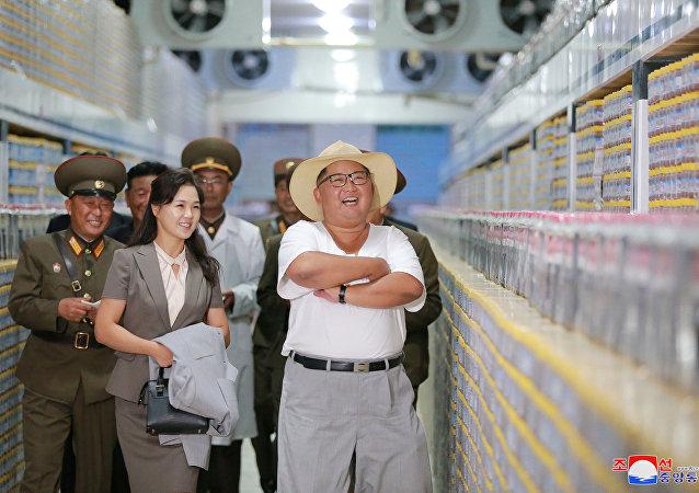 O líder norte-coreano, Kim Jong-un, visita uma fábrica de peixes em conserva na Coreia do Norte.