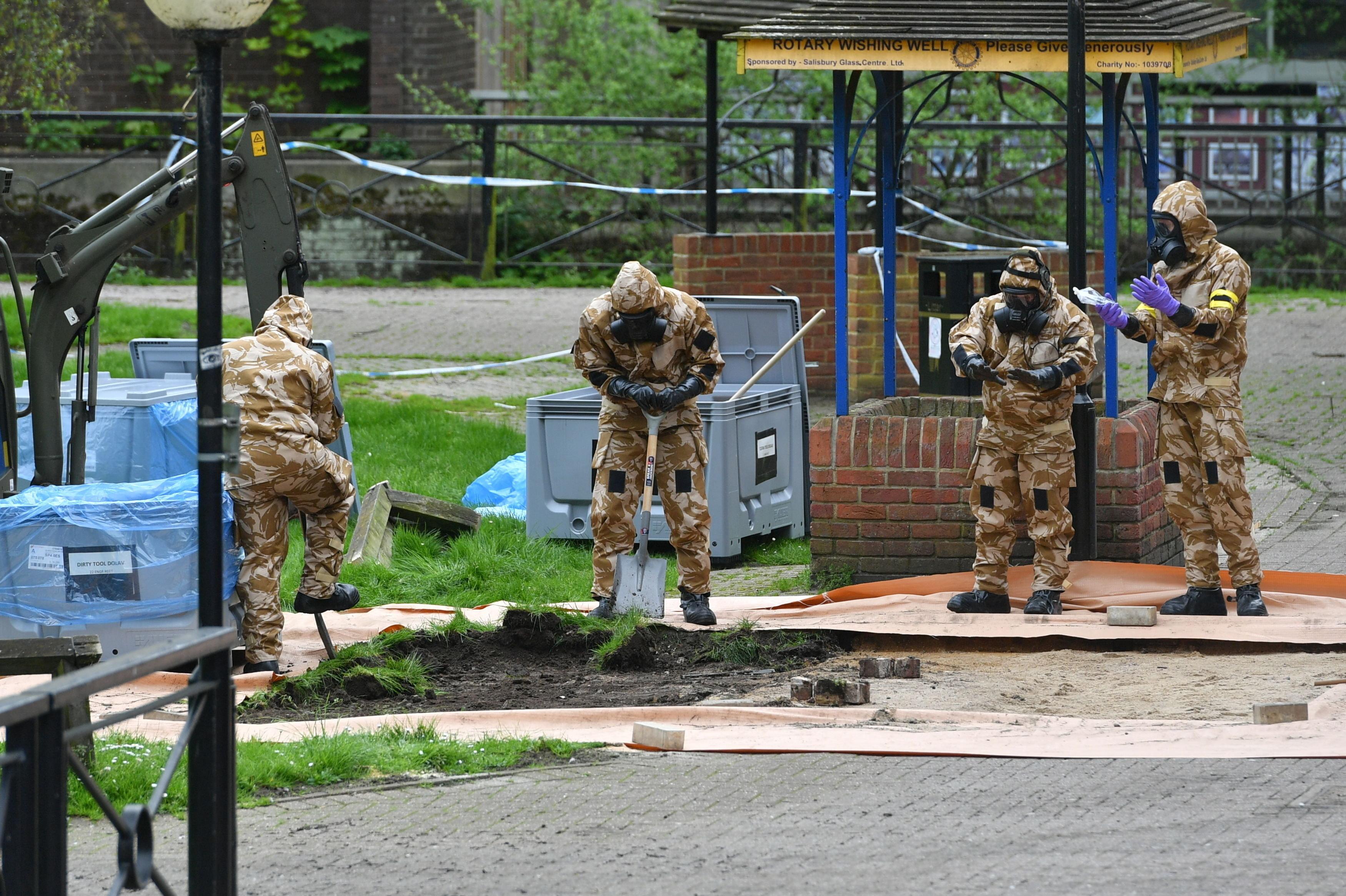 Especialistas militares britânicos operam em área próxima da qual Sergei e Yulia Skripal foram encontrados inconscientes, em Salisbury, Inglaterra