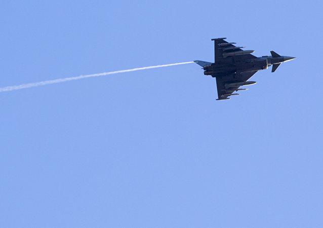 Caça espanhol Eurofighter Typhoon voam durante exercício militar sobre a base militar de Rukla