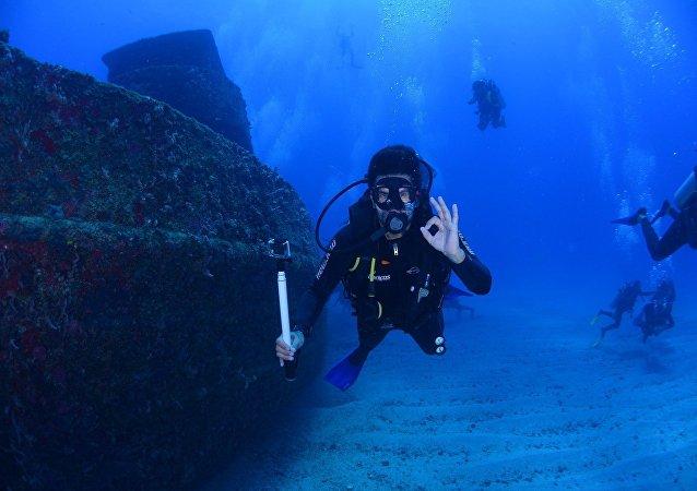Mergulhador no fundo marítimo (imagem referencial)