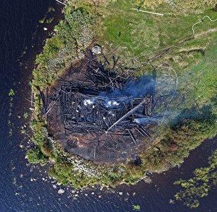 Igreja da Assunção queimada na república de Carélia, Rússia