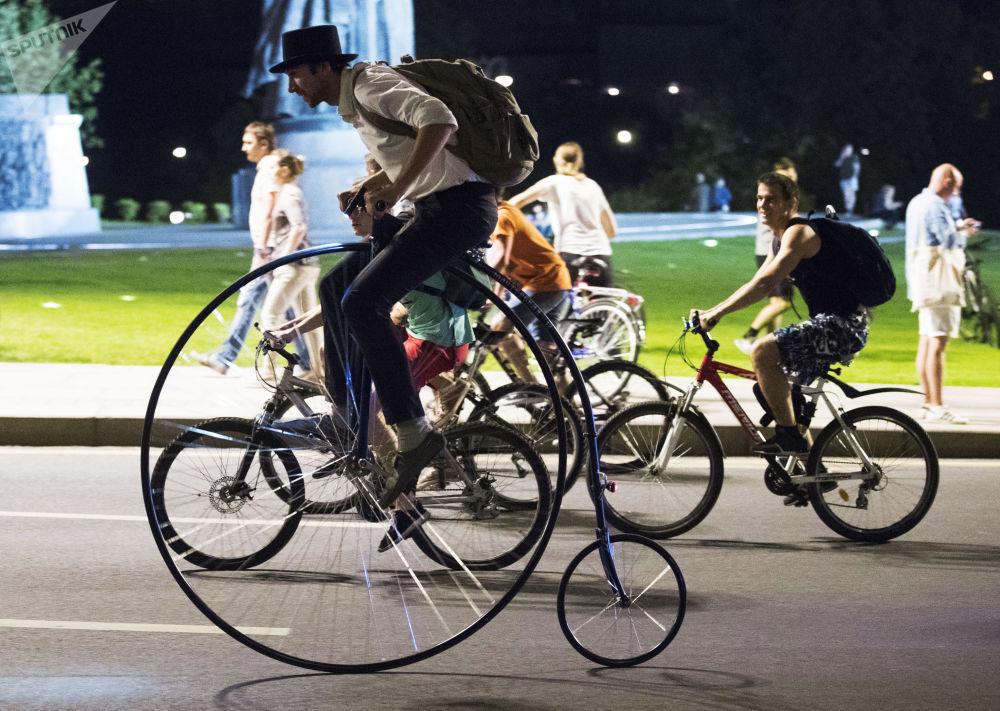 Participantes de corrida de bicicletas noturna em Moscou