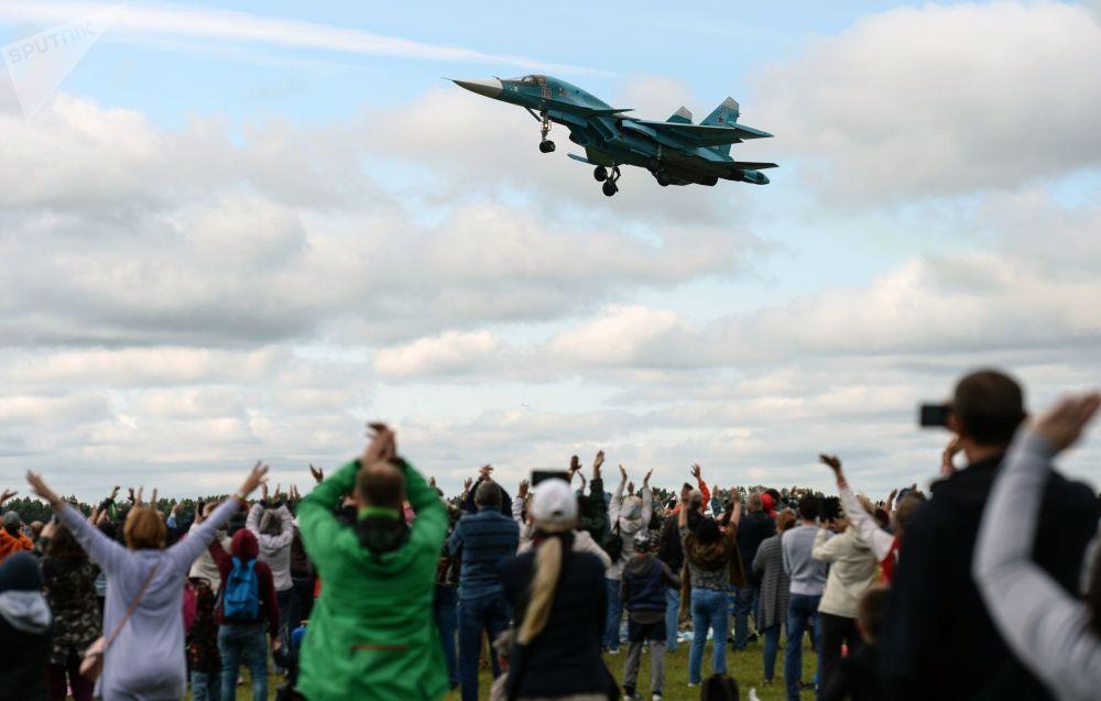 Avião Su-35 participa de um show aéreo na região de Novossibirsk
