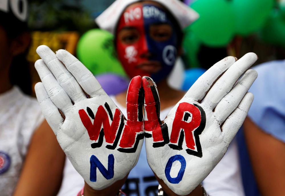 Moça participa de manifestação na Índia a favor da paz a propósito do 73º aniversário do bombardeamento atômico de Hiroshima