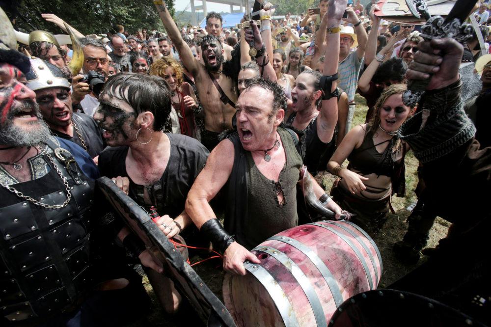 Participantes do festival anual de vikings em Catoira, na Espanha