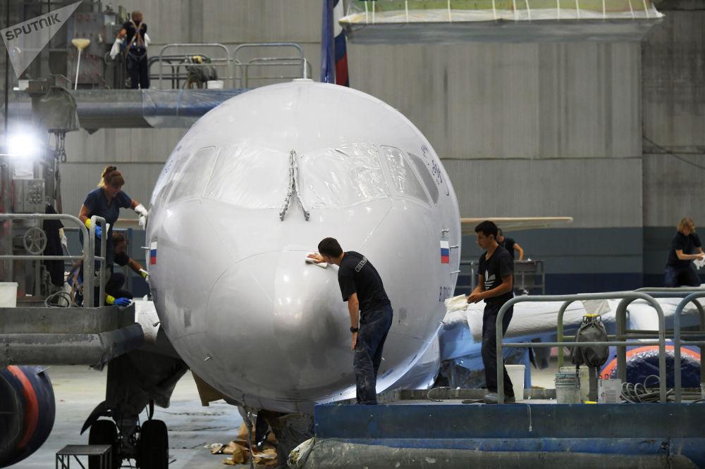 Fuselagem do avião Sukhoi Superjet 100 russo sendo pintada em usina de Ulianovsk