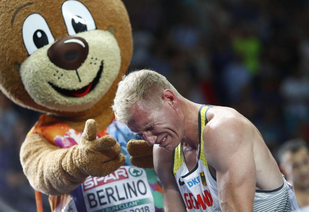 Atleta alemão Arthur Abele chora ao celebrar o ouro no Campeonato Europeu de Atletismo, em Berlim