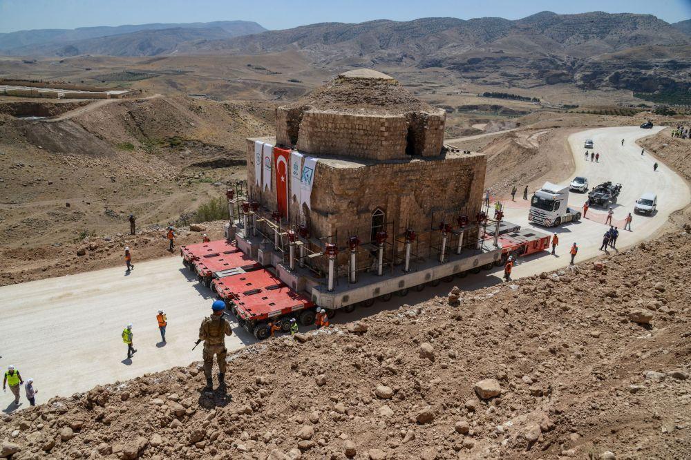 Monumento histórico turco Artuklu Hamam, com 1.600 toneladas de peso, é movido para novo local de instalação