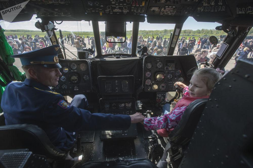Dentro da cabine de um helicóptero durante as celebrações comemorativas do 75º aniversário do surgimento do 6º exército da Força Aérea e de Defesa Antiaérea da Rússia
