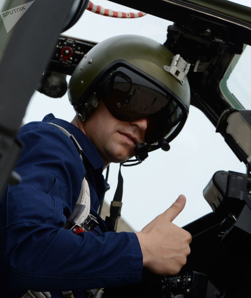 Comandante na cabine de helicóptero Mi-28 durante treinamentos de helicópteros no aeródromo de Chernigovka na região de Primorie