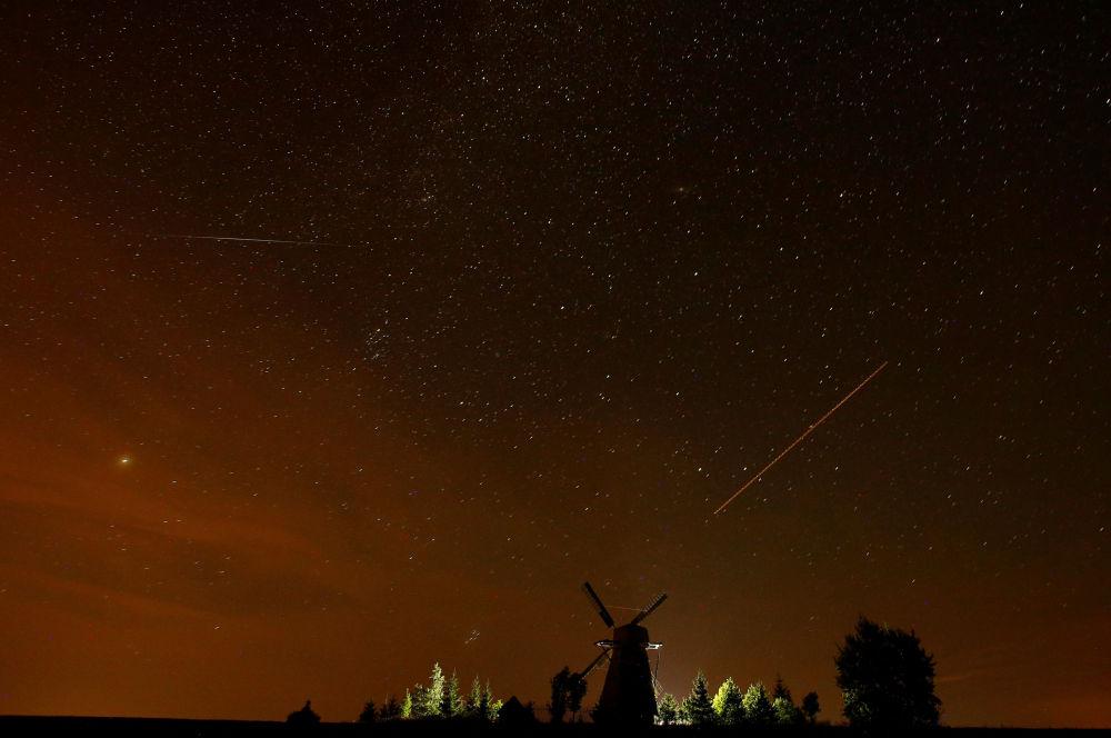 Céu estrelado visto da Bielorrússia durante a chuva de meteoros