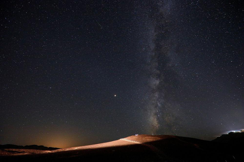 Estrelas extremamente luminosas cobrem o céu no deserto em Israel