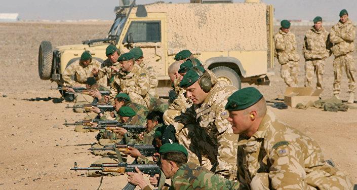 Oficiais das Forças Armadas Britânicas Treinando missões Operacionais (OMLT em inglês) juntamente das Forças Armadas Afegãs ou ANA, soldados com armas de fogo, próximo ao compo Bastion, ao sul do Afeganistão, terça-feira, 16 de janeiro de 2007