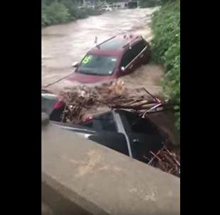Carros flutuando em rio de Nova Jersey, nos EUA