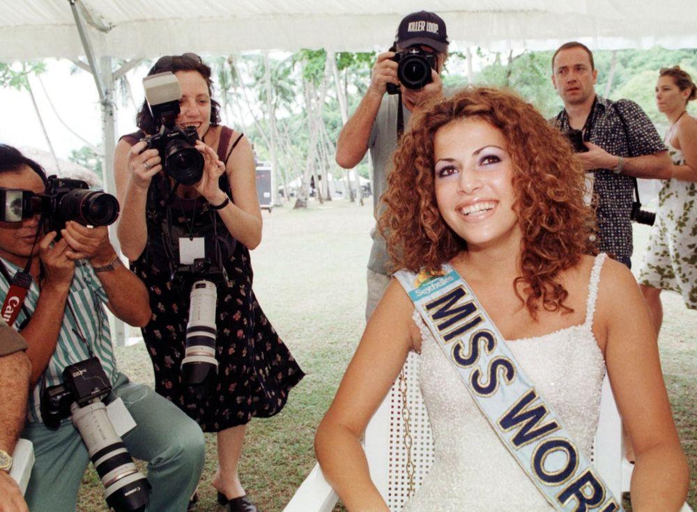 Modelo israelense Linor Abargil, Miss Mundo 1998, posa para fotógrafos no dia seguinte à sua vitória
